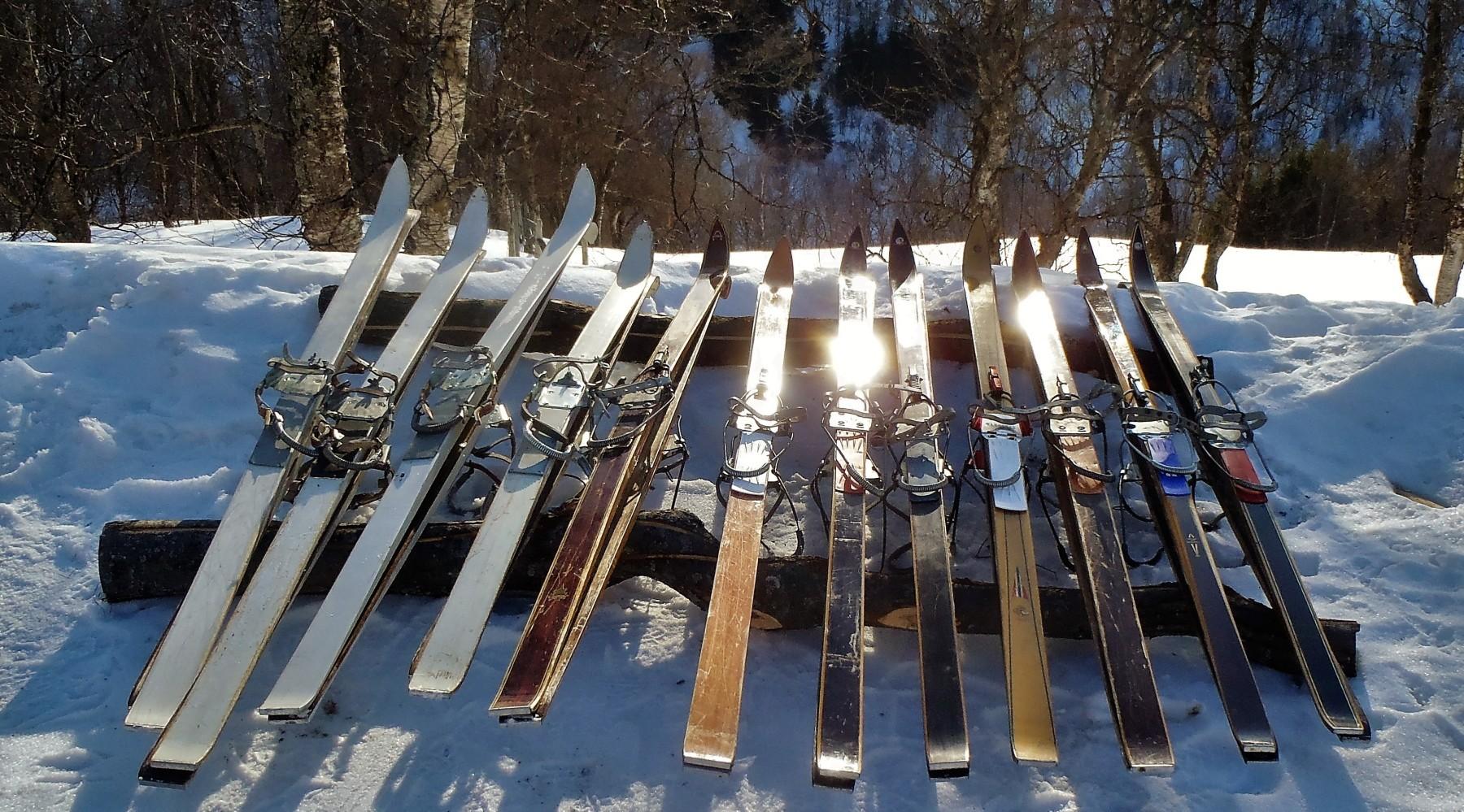 Skitourengehen auf klassischen Holzski (Bild)